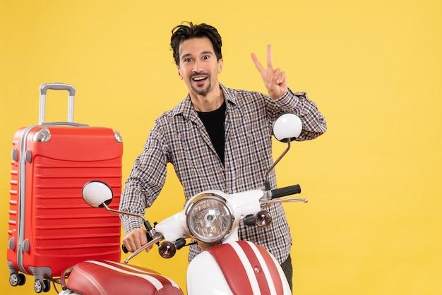 Vue de face jeune homme posant avec son vélo sur jaune