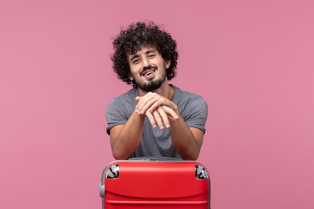 Vue de face jeune homme se préparant pour un voyage sur l'espace rose