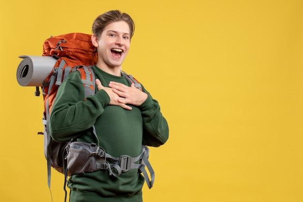 Vue de face jeune homme se préparant à la randonnée