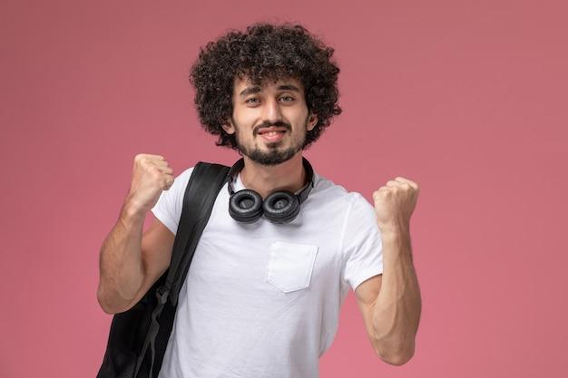 Vue de face jeune homme serrant ses deux mains avec casque