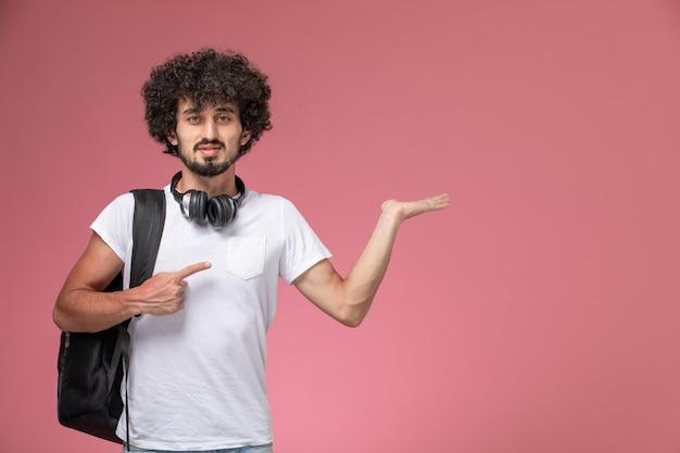 Vue de face jeune homme soulignant sa main vide