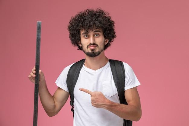 Vue de face jeune homme soulignant sa règle d'école