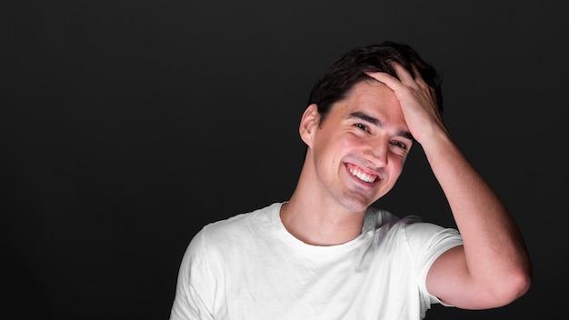 Vue de face jeune homme souriant