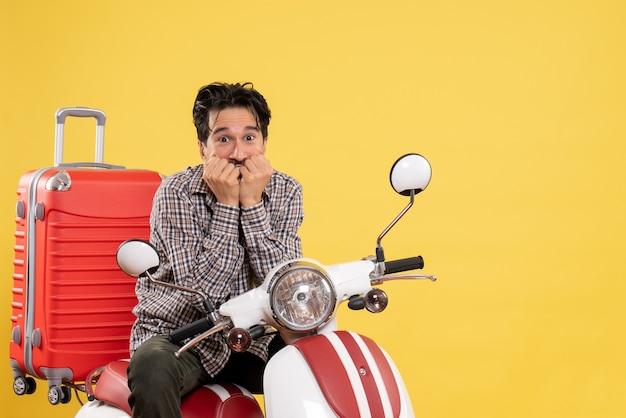 Vue de face jeune homme en vélo avec sac excité sur jaune