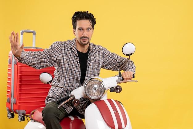 Vue de face jeune homme en vélo avec sac sur jaune