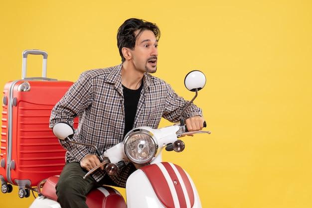 Vue de face jeune homme en vélo avec son sac sur jaune