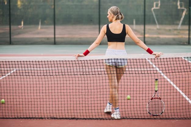 Vue de face jeune joueuse de tennis en pause