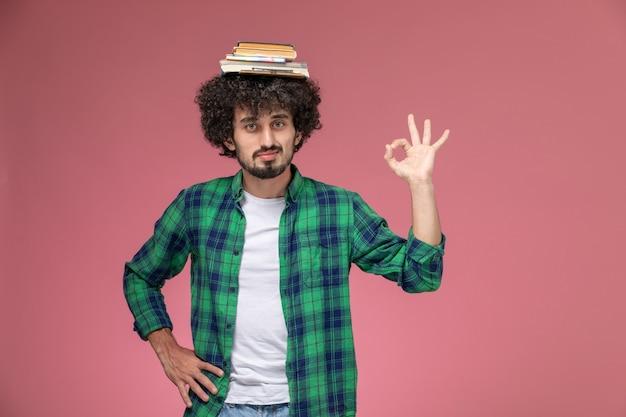Vue de face jeune mec posant étrangement avec un geste ok
