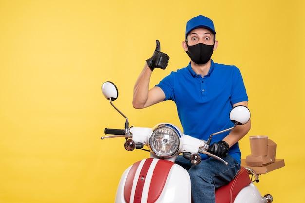 Vue de face jeune messager en uniforme bleu sur fond jaune