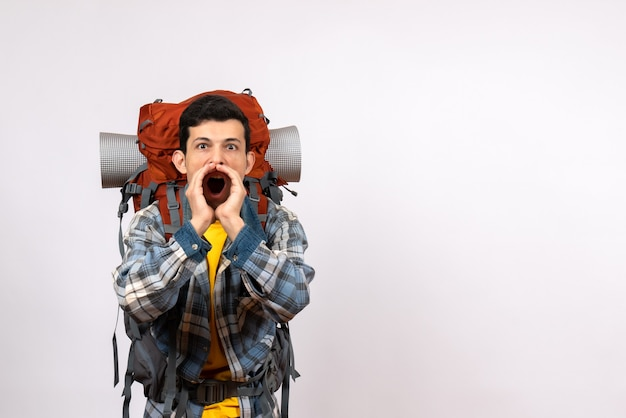 Vue de face jeune voyageur avec sac à dos hurlant