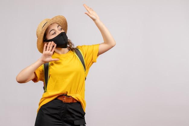 Vue de face jeune voyageur avec sac à dos ouvrant ses mains