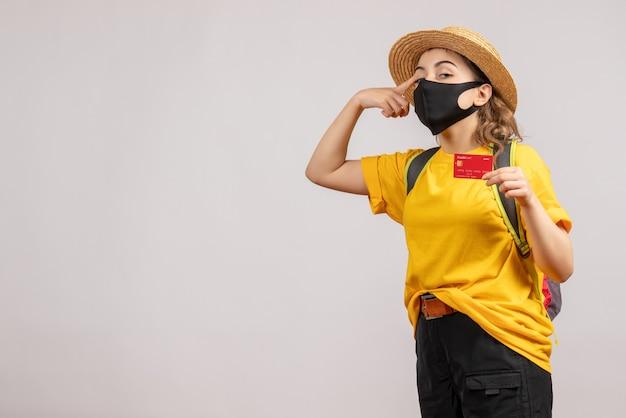 Vue de face jeune voyageur avec sac à dos tenant une carte