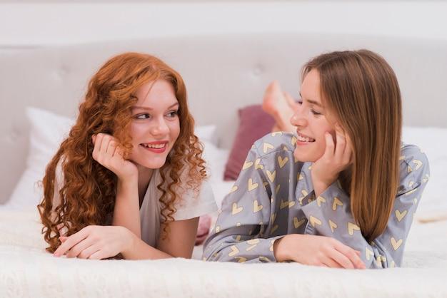 Vue de face de jeunes amis en regardant eachother