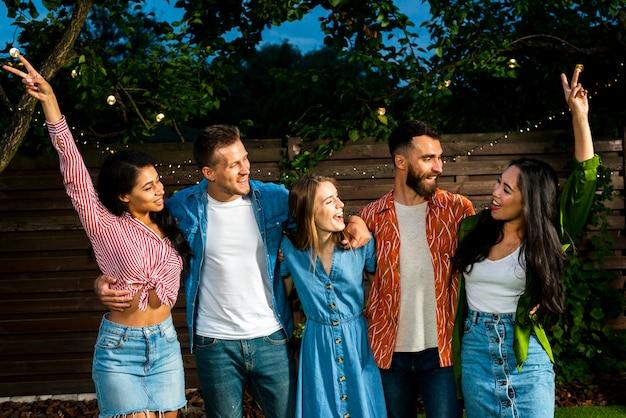 Vue de face des jeunes célébrant l'amitié
