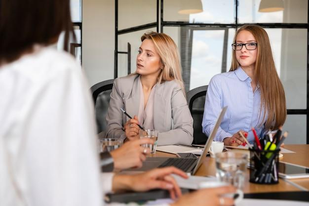 Vue de face des jeunes femmes au travail