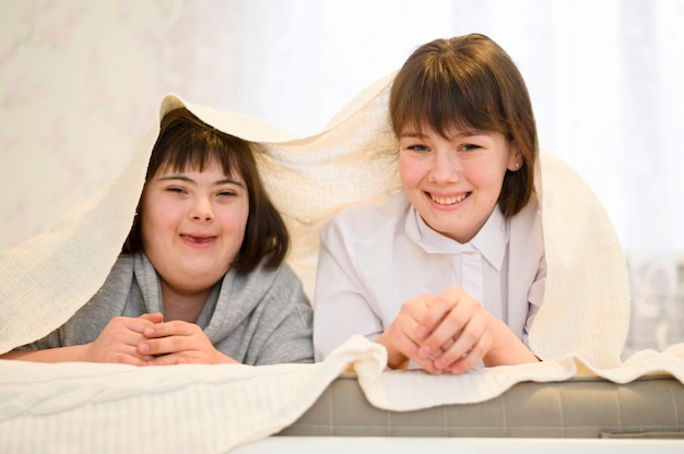 Vue de face jeunes filles heureux posant ensemble