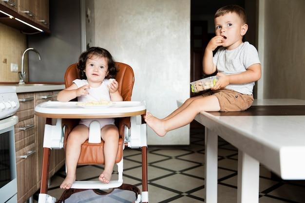 Vue de face des jeunes frères et sœurs mignons