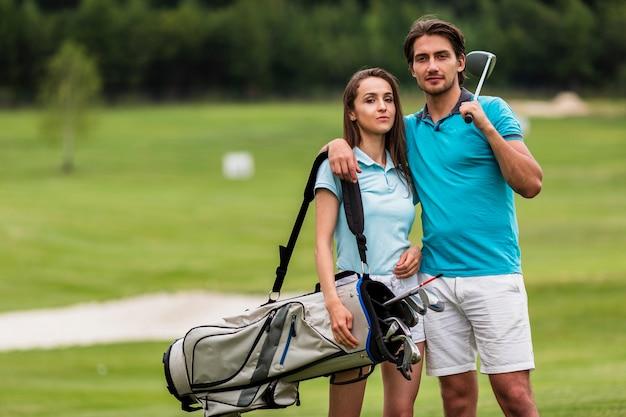 Vue de face des jeunes golfeurs ensemble