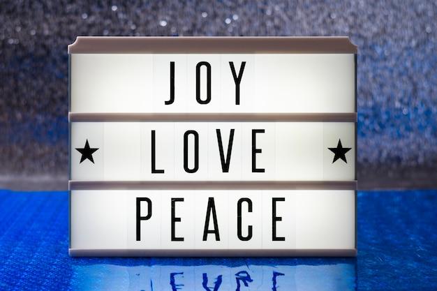 Vue de face joie amour paix lettrage