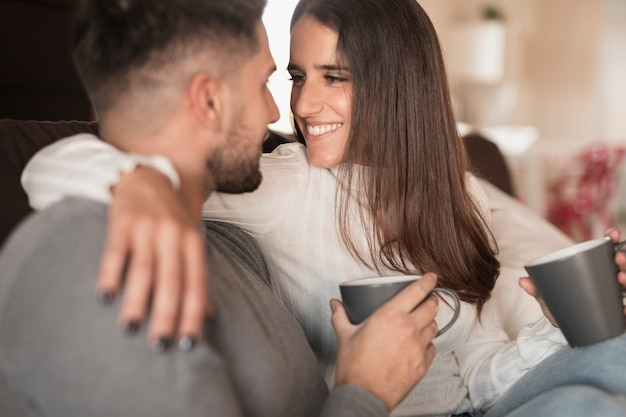 Vue de face joli couple buvant du café