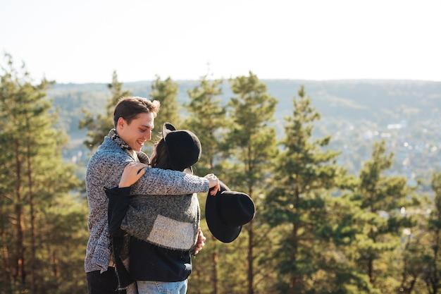Vue de face joli couple embrassant dans la nature