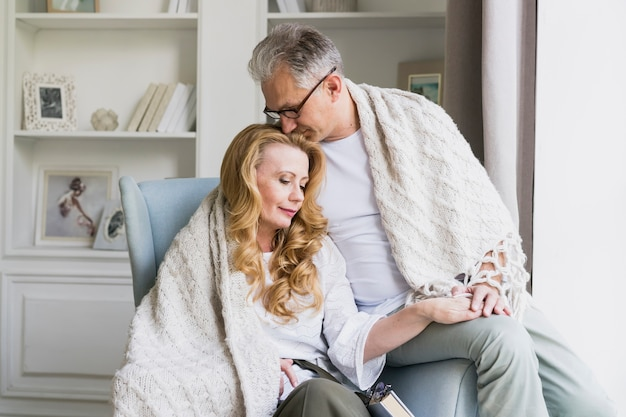 Vue de face joli couple de personnes âgées amoureux