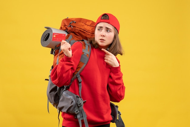 Vue de face jolie femme touriste avec sac à dos tenant la carte de crédit