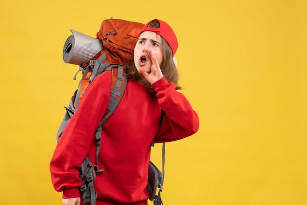 Vue de face jolie femme voyageur avec sac à dos appelant quelqu'un