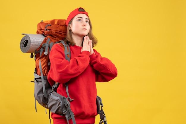 Vue de face jolie femme voyageur avec sac à dos joignant les mains