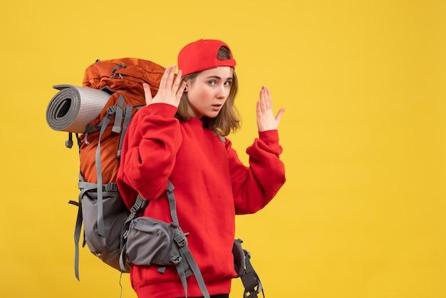 Vue de face jolie femme voyageur avec sac à dos