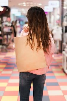 Vue de face de jolie fille japonaise au shopping