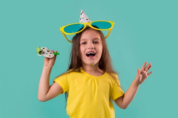 Vue de face de la jolie petite fille avec de grandes lunettes de soleil