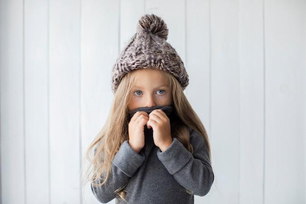 Vue de face jolie petite fille qui couvre son visage