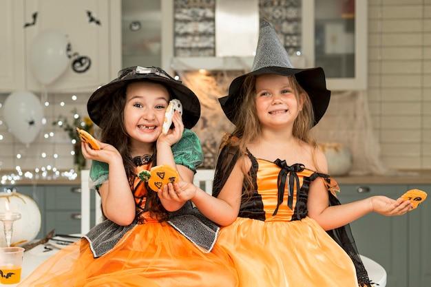Vue de face de jolies filles avec costume de sorcière