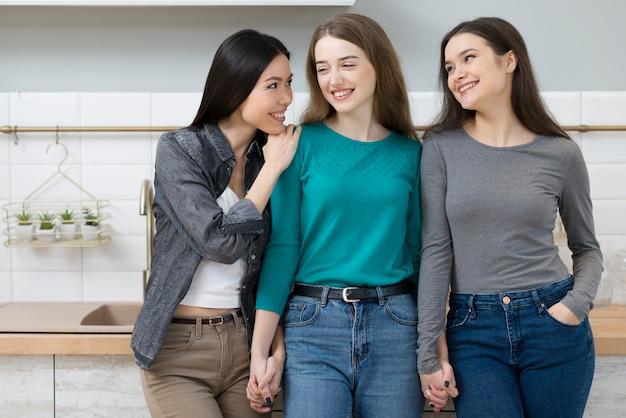 Vue de face de jolies jeunes femmes se détendre ensemble