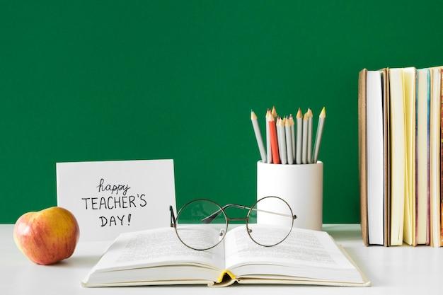 Vue de face de la journée des enseignants heureux
