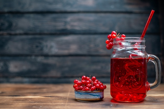 Vue de face jus de canneberge frais à l'intérieur de la boîte sur un bureau sombre bar photo de fruits cocktail couleur boisson berry