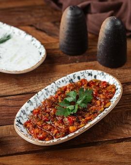 Une vue de face de légumes frits avec de la viande hachée sur le repas de viande de bureau en bois brun