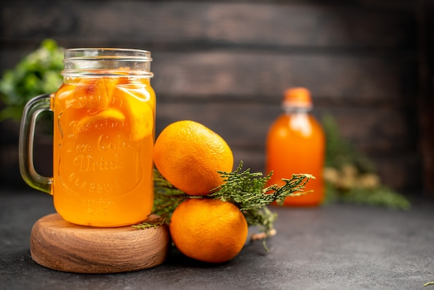 Vue de face limonade orange fraîche en verre sur planche de bois