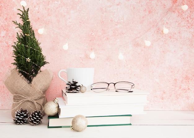 Vue face, de, livres, et, lunettes, sur, table bois