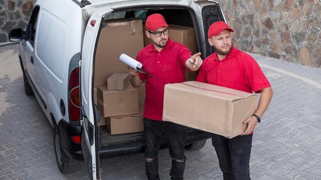 Vue de face des livreurs au concept d'emploi