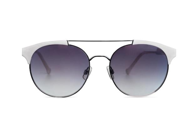 Vue de face des lunettes de soleil dans un cadre blanc isolé sur blanc