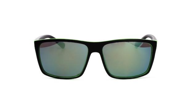 Vue de face des lunettes de soleil dans un cadre noir isolé sur blanc