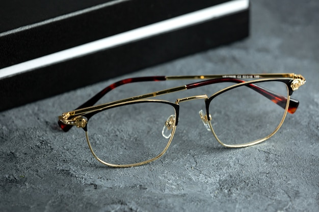 Une vue de face des lunettes de soleil optiques modernes sur le gris
