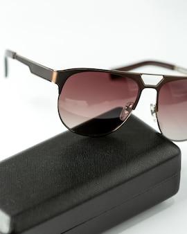 Une vue de face des lunettes de soleil sombres modernes sur le blanc