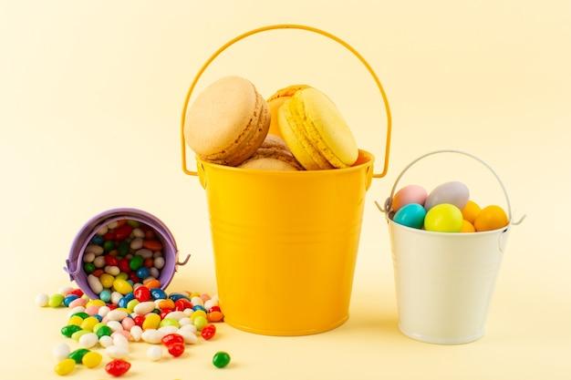 Une vue de face macarons français colorés à l'intérieur du panier avec des bonbons cuire