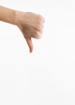 Vue de face de la main montrant les pouces vers le bas