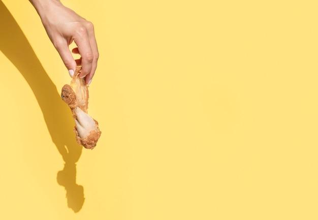 Vue de face main tenant les restes de nourriture avec espace copie