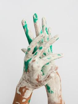 Vue de face des mains peintes