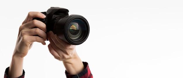Vue de face des mains tenant la caméra
